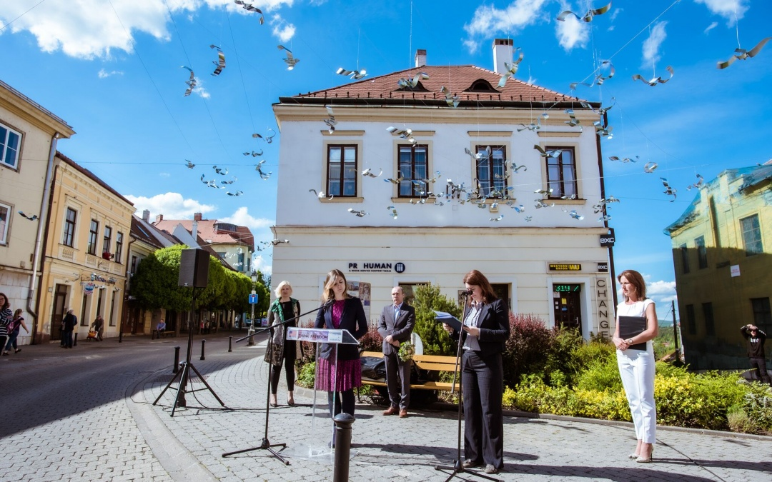 A HÉTFA közreműködésével érkezett Veszprémbe a Think Freedom szabadtéri, közösségi installáció